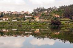 dess små by för reflexionsflod Arkivbild