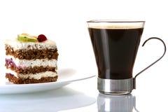 Desserfruchtkuchen mit schwarzem Kaffee lizenzfreie stockfotografie