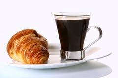 Desserfruchtkuchen mit schwarzem Kaffee stockfotos