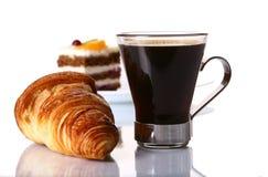 Desserfruchtkuchen mit schwarzem Kaffee lizenzfreies stockfoto
