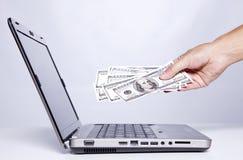 Desserrage de l'argent sur l'Internet Image stock