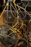 Desserrez de l'ordinateur Vue de l'embrouillement des câbles dans un compu moderne image libre de droits