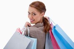 Desserrez la vue de la femme de sourire avec des sacs à provisions photos stock