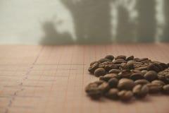 Desserrez les grains de café rôtis sur un traçage d'ECG Photographie stock libre de droits