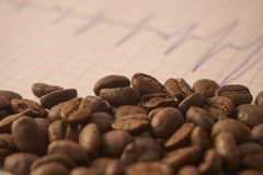 Desserrez les grains de café rôtis sur un traçage d'ECG Photos libres de droits
