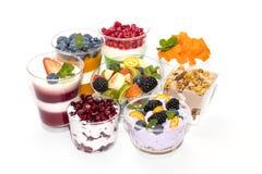 Dessert à la crème crémeux dans une tasse en plastique décorée des baies image libre de droits