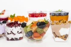 Dessert à la crème crémeux dans une tasse en plastique décorée des baies photographie stock