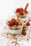 dessert épicé avec la granola et le yaourt doux sur le conseil en bois Image stock