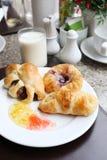 dessert al forno o pane della frutta sul piatto bianco Fotografia Stock Libera da Diritti