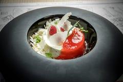 Dessert alla panna del ghiaccio con i lamponi Fotografia Stock