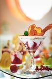 Dessert alla panna del ghiaccio sulla tavola di buffet Immagini Stock Libere da Diritti