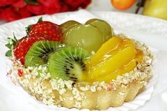 Dessert alla panna della vaniglia dell'uva del kiwi della pesca della fragola della torta Fotografia Stock