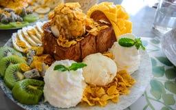 Dessert alla panna fruttato del ghiaccio Immagini Stock Libere da Diritti