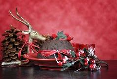 Dessert anglais de Plum Pudding de Noël de style avec les décorations de fête traditionnelles Photos libres de droits
