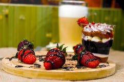 Dessert anglais doux de bagatelle avec de la crème et des fraises de myrtille Images libres de droits