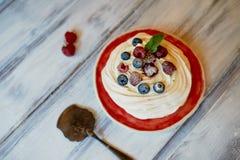 Dessert Anna Pavlova met frambozen en bosbessen op witte houten oppervlakte royalty-vrije stock fotografie