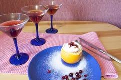 Dessert arancio con Barry e tre bicchieri di vino Fotografie Stock