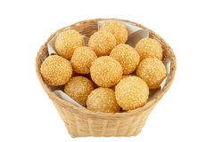 Dessert asiatique traditionnel, boule de sésame dans le panier sur le backgr blanc photo libre de droits
