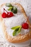 Dessert austriaco saporito Salzburger Nockerln con le ciliege ed il min immagini stock libere da diritti