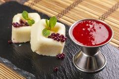 Dessert avec de la sauce rouge du plat photo stock