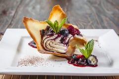 Dessert avec des baies du plat blanc images stock
