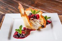 Dessert avec des baies du plat blanc photographie stock