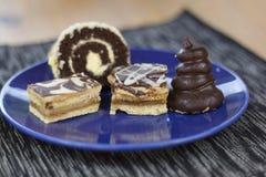 Dessert avec du café, des gâteaux de chocolat et des petits pains sur la table, Image stock