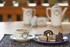 Dessert avec du café, des gâteaux de chocolat et des petits pains sur la table, Photo stock