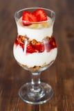 Dessert avec du yaourt et la granola images stock