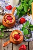Dessert avec le fromage blanc et la fraise Photos stock