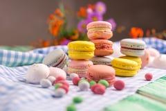 Dessert avec les biscuits et la guimauve de macaron Images stock