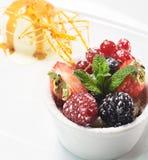 Dessert - baies fraîches avec la crême glacée photos libres de droits