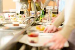 Dessert bij de kantine van de cafetariazelfbediening royalty-vrije stock foto