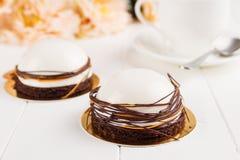 Dessert blanc de mousse avec le lustre de miroir Images libres de droits