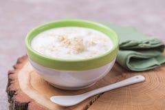 Dessert brasiliano Canjica di festival di inverno Porridge bianco del cereale fotografie stock libere da diritti