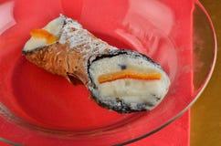Dessert: Cannolo Siciliano In un ristorante fotografia stock
