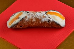 Dessert: Cannolo Siciliano In un ristorante immagine stock