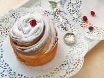 Dessert casalingo del cruffin decorato con la polvere dello zucchero ed i mirtilli rossi secchi Chiuda su, vista superiore Immagini Stock