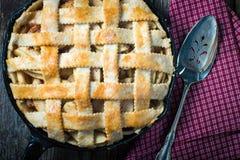 Dessert casalingo rustico della torta di mele Fotografia Stock
