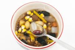 Dessert chinois, haricots assortis en sirop de Longan Image libre de droits