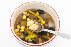 Dessert chinois, haricots assortis en sirop de Longan Images libres de droits