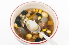 Dessert chinois, haricots assortis en sirop de Longan Photo stock