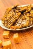 Dessert - chocolat de caramel et festin doux caoutchouteux riches de noix de pécan photographie stock