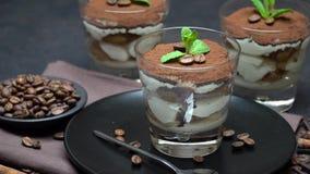 Dessert classique de tiramisu dans un verre sur le fond concret fonc? banque de vidéos