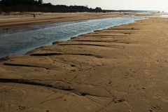 Dessert comme le sable texturis? - plage de golfe de mer baltique avec le sable blanc dans le coucher du soleil image stock