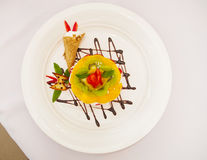 Dessert con frutta e panna montata fotografia stock libera da diritti