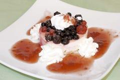 Dessert con frutta fresca e panna montata. Immagini Stock