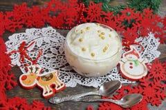 Dessert con i cubi irlandesi della gelatina del liquore con panna montata in un vetro immagine stock