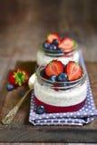 Dessert con il budino del seme di chia, la gelatina della fragola e il berrie fresco immagini stock libere da diritti