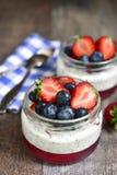 Dessert con il budino del seme di chia, la gelatina della fragola e il berrie fresco fotografie stock libere da diritti